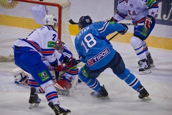 Miroslav Šatan pred bránkou Petrohradu. Slovan prehral s Petrohradom 2:3 po nájazdoch.