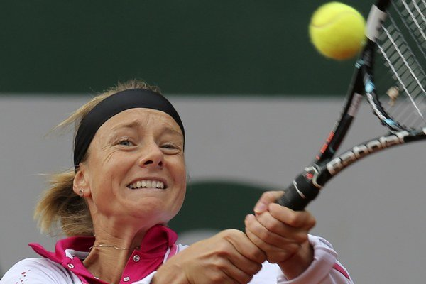 Zuzana Kučová odvracia loptičku Francúzke Razzanovej v 2. kole dvojhry na Roland Garros v Paríži 29. mája 2013.