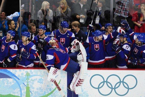 Reprezentácia počas zápasu s Ruskom na hrách vo Vancouveri.