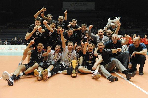 Volley Team oslavoval na jar titul a aj Slovenský pohár. Od začiatku mal veľké ambície. Chcel hrať v Lige majstrov.