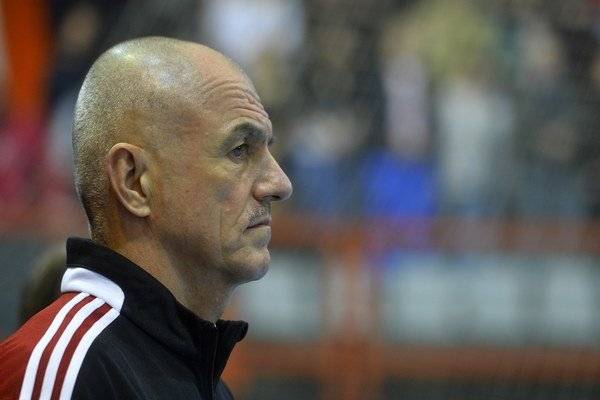 Tréner Zoltán Heister sleduje svojich zverencov v kvalifikačnom zápase Slovensko - Cyprus.