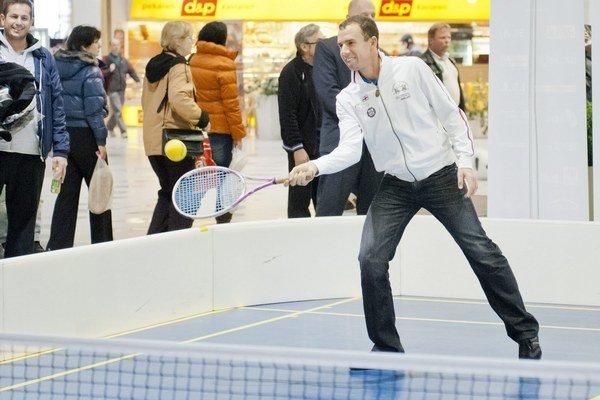 Na snímke tenista Dominik Hrbatý počas nedávneho exhibičného zápasu s divákmi.