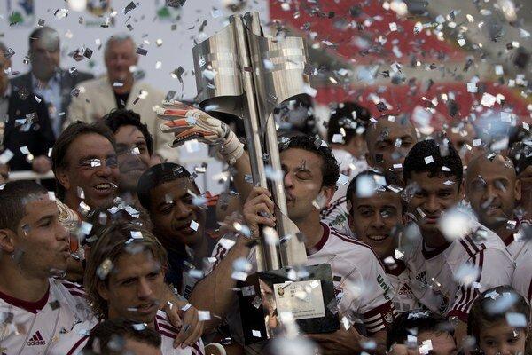 Takto hráči Fluminense oslavovali titul v roku 2012. O rok neskôr mali vypadnúť.