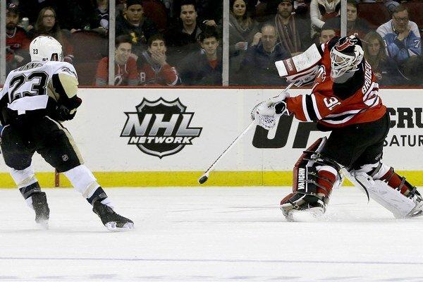 Martin Brodeur to s pukom vie aj hokejkou. K výhre Devils prispel asistenciou.