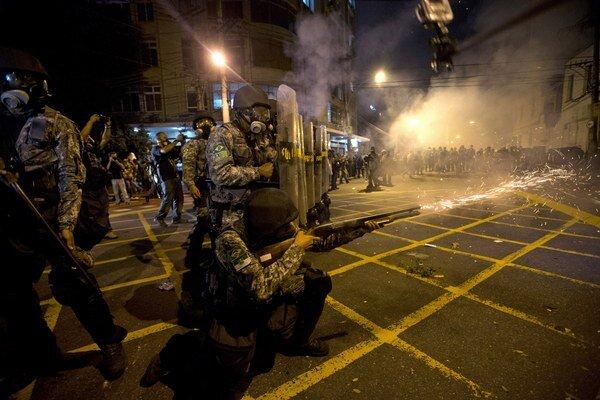 Príslušník vojenskej polície strieľa slzný plyn smerom na demonštrantov neďaleko dejiska finále Pohára konfederácií v júni 2013.
