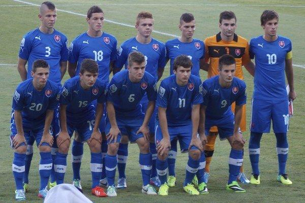 Futbalisti slovenskej reprezentácie do 17 rokov pózujú pred zápasom proti Hondurasu.