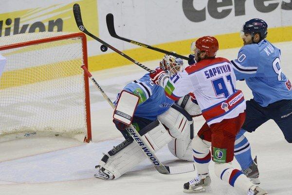 Hráč Slovana Zdeňek Kutlák (vpravo) a hráč CSKA Moskva Oleg Saprykin pred brankárom Slovanu Jaroslavom Janusom v poslednom domácom zápase (2:3).