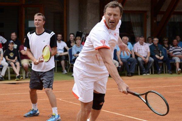 Sprava: Miloslav Mečíř a Karol Kučera počas tenisovej exhibície. Ilustračná snímka.