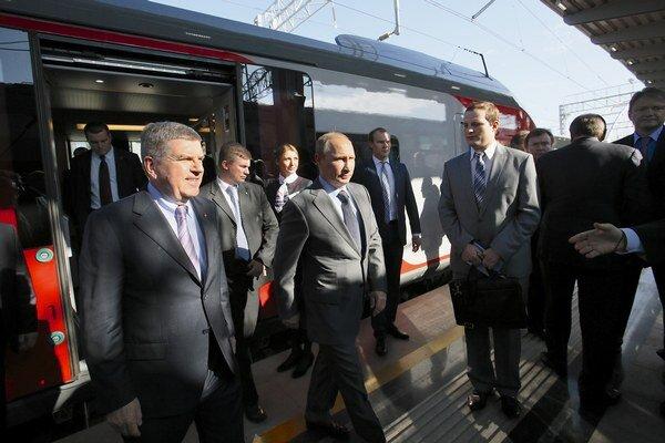 Vladimir Putin (v strede) a Thomas Bach (vľavo).