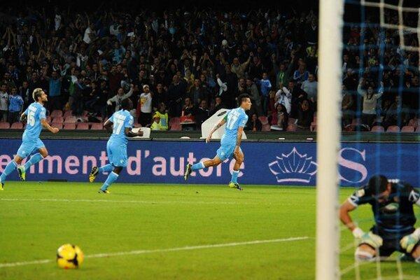 Marek Hamšík (v strede vzadu) sa teší zo svojho gólu.