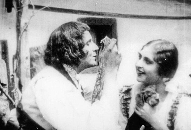 Jánošík (1921), réžia: Bratia Siakeľovci. Bozk v prvom slovenskom filme Jánošík (1921) bratov Siakeľovcov bol aj nebol. Uskutočnil sa cez šatku.