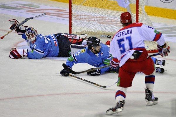 Brankár Jaroslav Janus a Jonathan Sigalet zo Slovana a Igor Fefelov z CSKA.