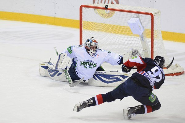 Branko Radivojevič sa pravdepodobne zranil po náraze do mantinelu pri šanci na fotke.