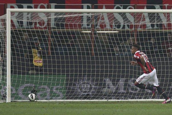 Hráč AC Miláno Kevin Prince Boateng sa na jar takto tešil z gólu cez brankára Lazia Federica Marchettiho.