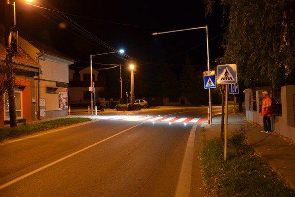 Inteligentný priechod pre chodcov pribudol na Kalinčiakovej ulici v Pezinku.