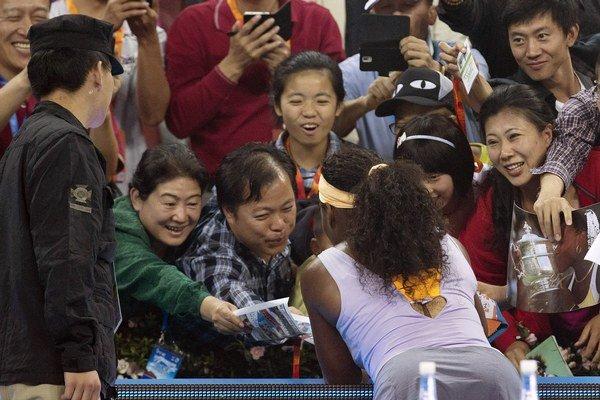 Serena takto rozdávala autogramy.