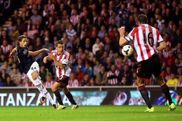 Januzaj (vľavo) strieľa nádherný druhý gól z voleja.