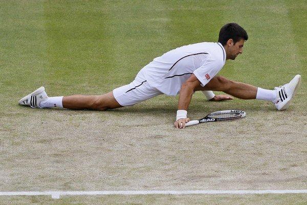 Srbský tenista Novak Djokovič reaguje počas zápasu proti Čechovi Tomášovi Berdychovi vo štvrťfinále dvojhry.