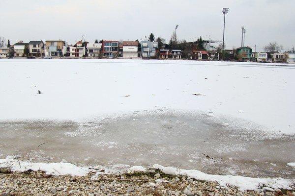 Slnečné jazerá poriadne nezamrzli už druhú zimu.