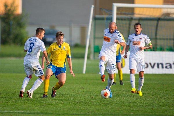 Najväčšou hviezdou v Dunajskej Lužnej bol Róbert Vittek (pri lopte). V zápase pripravil druhý gól, tretí sám dal a zahodil ešte penaltu. Po stretnutí zas dával deťom autogramy.