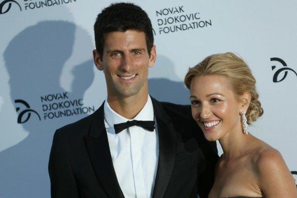 Novak Djokovič a jeho priateľka Jelena Rističová prichádzajú na charitatívny galavečer 8. júla v  Londýne. Večera sa organizovala v prospech jeho charitatívnej nadácie Novak Djokovic Foundation.