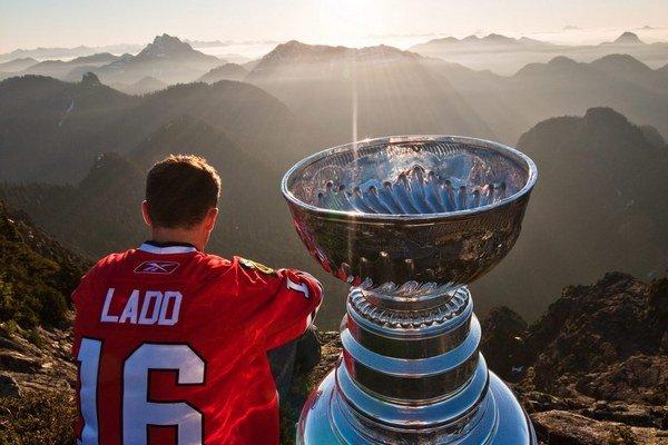 Útočník Chicaga Andrew Ladd v roku 2010 vyviezol Stanley Cup vrtuľníkom na vrchol Crown Mountain pri Vancouvri.