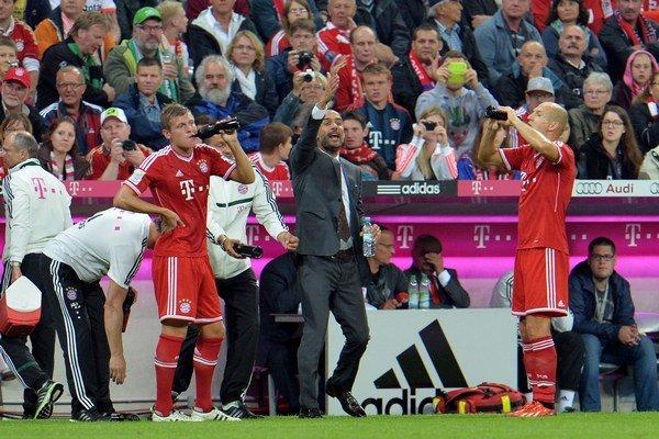 Pep Guardiola gestikuluje smerom k hráčom v jeho prvom zápase v bundeslige.