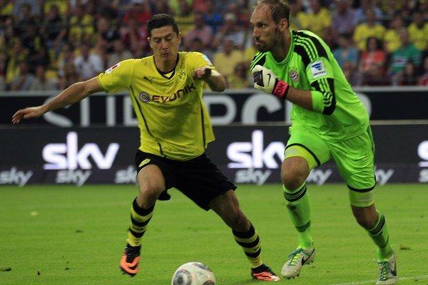 Robert Lewandowski (vľavo) a brankár Bayernu Mníchov Tom Starke bojujú o loptu vo finále nemeckého Superpohára.