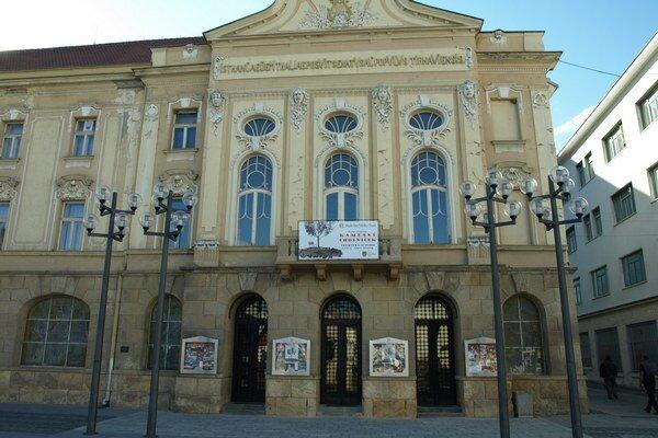 Budova trnavského divadla je údajne najstaršou stavbou tohto druhu na Slovensku.