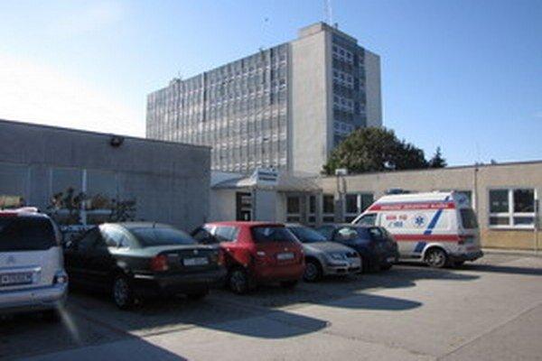 Miesta pred zdravotným centrom pri ŽOS- ke väčšinou zaberú jej zamestnanci ešte pred jeho otvorením. Pacienti nemajú kde parkovať.