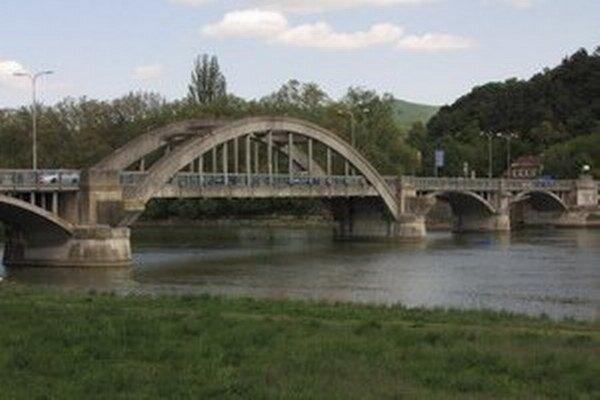 Na most po dvoch mesiacoch pustili autá, opravy však ešte neskončili.