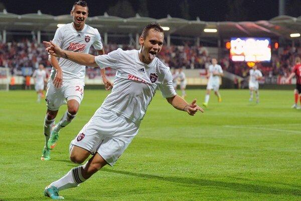 Martin Mikovič oslavuje gól proti St. Johnstone.