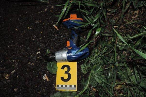 Policajti zaistili aj vŕtačku, ktorou prevŕtali nádrž.