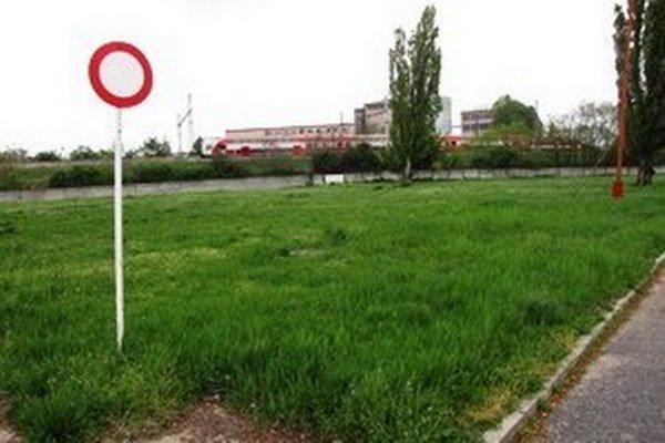 O zmenu funkčného využitia pozemkov požiadalo vedenie trnavskej nemocnice až po ich predaji.