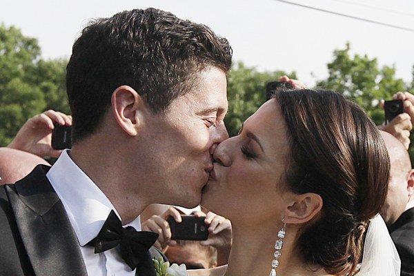 Lewandovski si 22. júna vzal za manželku Annu Stachursku.