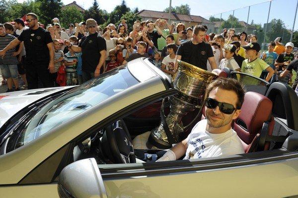 Dominik Graňák priváža Gagarinov pohár na Základnú školu Sedmička, ktorú Graňák navštevoval, 15. júna 2012 v Trenčíne.