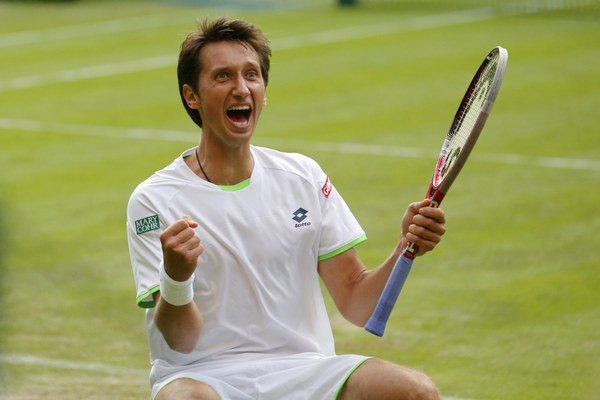 Ukrajinský tenista Sergij Stachovskij sa raduje z víťazstva proti Švajčiarovi Rogerovi Federerovi v 2. kole.