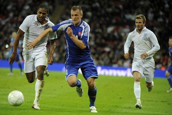 Jakubko (v strede) si  zahral i na chýrnom Wembley proti Anglicku a Beckhamovi (vpravo). Slováci prehrali 0:4.
