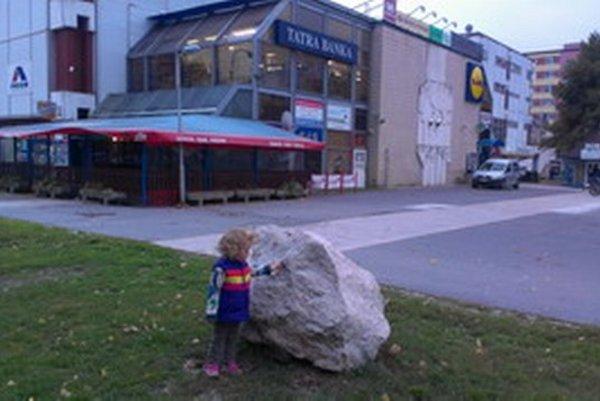 Základný kameň bez tabuľky nemá na danom mieste opodstatnenie.