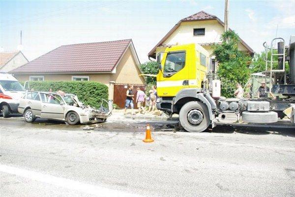 Čelná zrážka osobného auta a ťahača v obci Trstín.