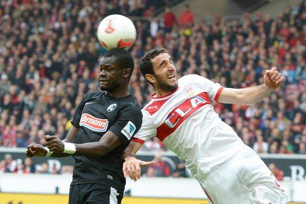 Cristian Molinaro (vpravo) zo Stuttgartu v súboji s Fallouom Diagnem.