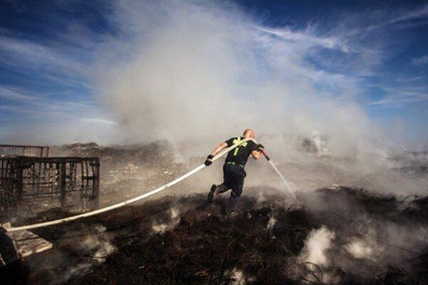Požiar skládky odpadu v obci Zlaté Klasy.