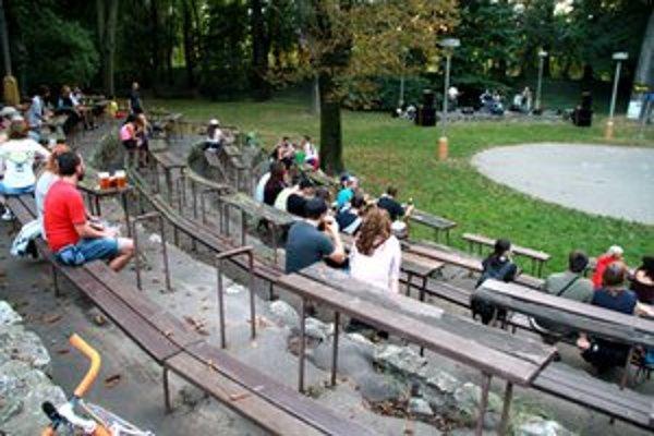 Staré drevené lavice a stoly z amfiteátra odstránia, nahradí ich nová sedacia časť z odolného plastu.