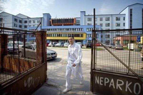 Väčšina oddelení je v starých budovách. V novej budove mimo areálu sú chirurgické disciplíny.
