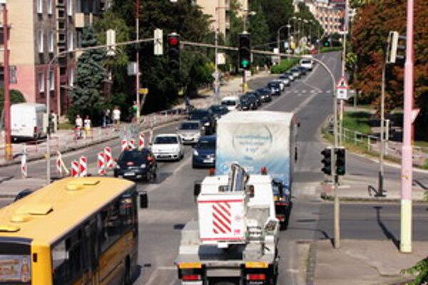 Hospodárska ulica v Trnave. Počet vozidiel tam príliš neklesol.
