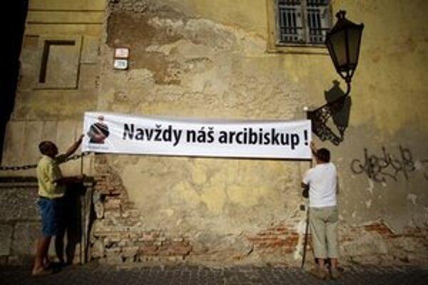 Veriaci z trnavskej Arcidiecézy prišli v pondelok podporiť odvolaného arcibiskupa Roberta Bezáka.