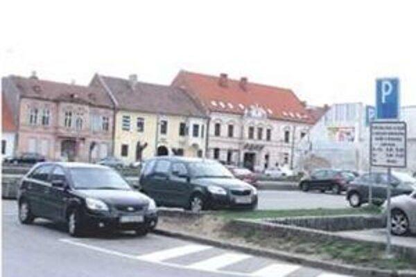 Mesto plánuje pozemok predať pod parkovací dom.
