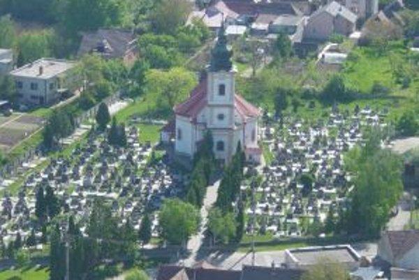 Dominantou obce je katolícky kostol Obetovania Panny Márie.