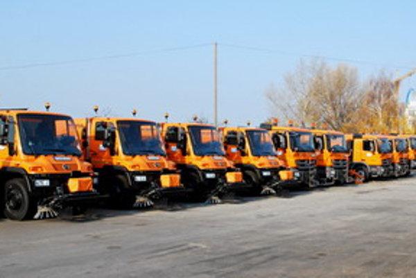 Správa a údržba ciest Trnavského samosprávneho kraja prevzala ešte v pondelok úplne nové Mercedesy.