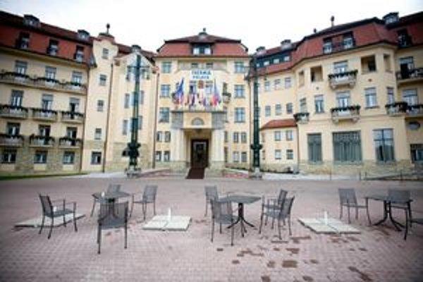 Bývalý generálny riaditeľ kúpeľov Peter H. dal podľa obžaloby preplatiť Piešťanskému futbalovému klubu a externej stavebnej firme práce, ktoré nikdy neboli vykonané.